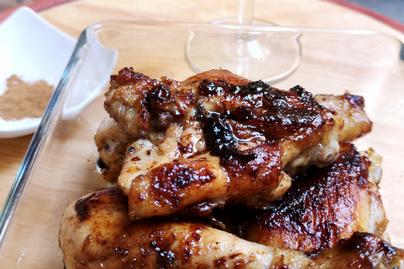 Szaftos csirkecombok mézes-fahéjas mázban – Édes és pikáns szószban sül omlósra a hús