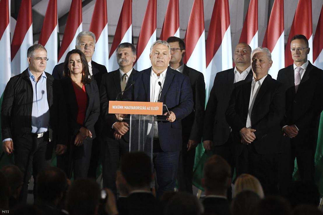Orbán Viktor miniszterelnök, a Fidesz elnöke (elöl k) beszédet mond a párt eredményváró rendezvényén az önkormányzati választáson a Bálna Budapest központban 2019. október 13-án. Mögötte Kósa Lajos, a Fidesz önkormányzati választásokért felelős kampányfőnöke, a párt alelnöke, Novák Katalin család- és ifjúságügyért felelős államtitkár, a párt alelnöke, Semjén Zsolt nemzetpolitikáért felelős miniszterelnök-helyettes, a Kereszténydemokrata Néppárt (KDNP) elnöke, Kövér László, az Országgyűlés elnöke, Gulyás Gergely, a Miniszterelnökséget vezető miniszter, Németh Szilárd alelnök, Tarlós István, a Fidesz-KDNP főpolgármester-jelöltje, leköszönő főpolgármester, Szijjártó Péter külgazdasági és külügyminiszter és Kubatov Gábor pártigazgató, alelnök (b-j)