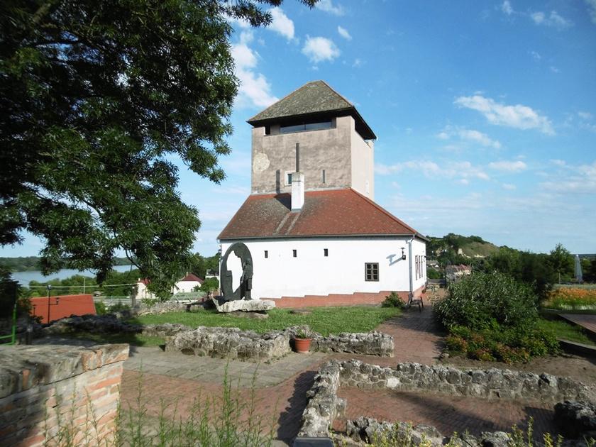 Dunaföldvár híres látnivalója a vár és a hozzá tartozó Csonka- vagy Török-torony. Az erődítményt a dunai átkelőhely védelme érdekében építették, a leletek szerint valószínűleg budafoki mészkőből. A torony a 15-16. században készült a város központjában.