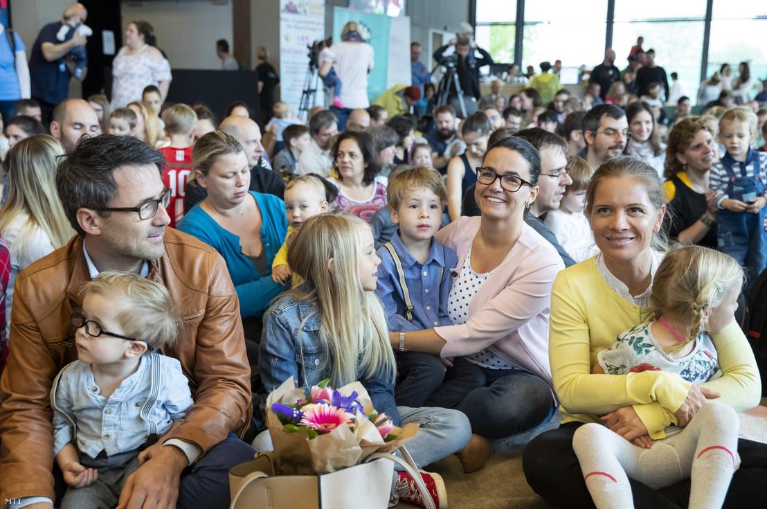 Novák Katalin (b2) és Király Nóra a Ficsak alapítója (j) a Fiatal Családosok Klubjának (Ficsak) zenés anyák napi rendezvényén a Millenáris Parkban 2019. május 4-én.