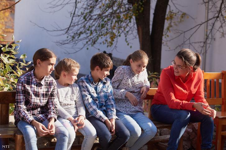Novák Katalin, bentlakó gyerekekkel beszélget Erdélyben, a torockói Kis Szent Teréz Gyermekvédelmi Központban 2019. október 23-án