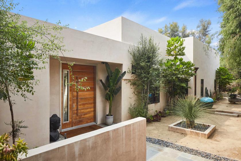 A modern stílus védjegyei alapján építették fel a 428 négyzetméteres házat.
