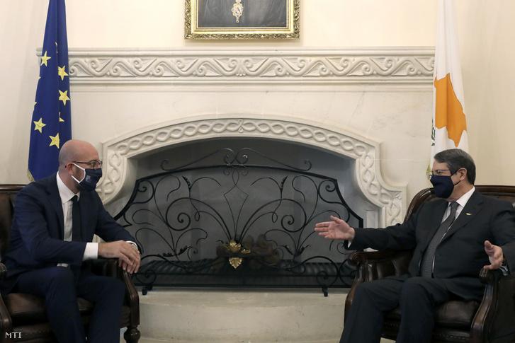 Charles Michel az Európai Tanács elnöke (b) megbeszélést folytat Níkosz Anasztasziádisz ciprusi elnökkel az elnöki palotában Nicosiában 2020. szeptember 16-án. A felek a földközi-tengeri földgázmezők miatt felmerült tengerjogi kérdések rendezéséről tárgyaltak.