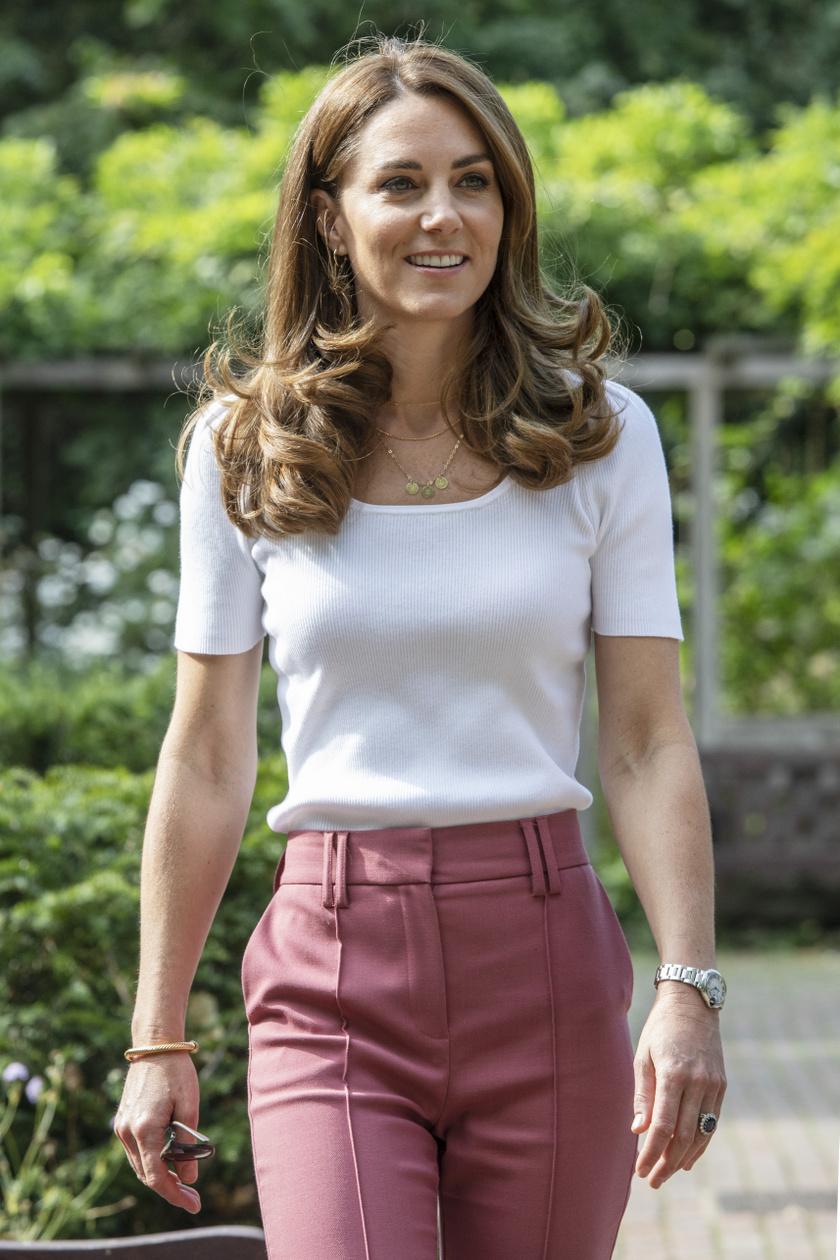 Katalin hercegné egy Marks & Spencer nadrágot és egy Ralph Lauren pólót viselt.