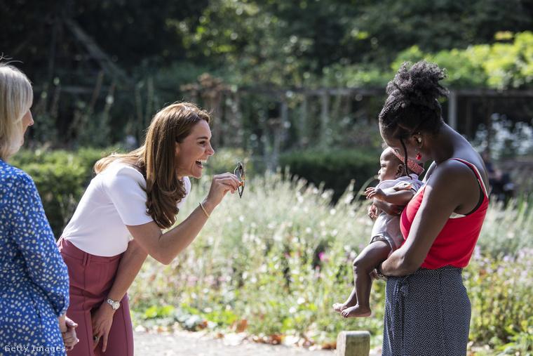 Katalint hercegnéi karriere óta láthatóan elbűvölik a gyerekek, kár, hogy a kötelező távtartás miatt nem adhatta oda ennek a babának a napszemüvegét, minden csecsemő örök örömforrását.