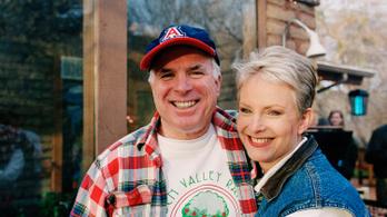 McCain özvegye Bident támogatja