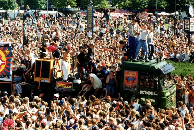 A koncepció elég egyszerű volt: a zene lépésben haladó (vagy álló) kamionokról szólt, és ezeket táncolta körbe a tömeg.