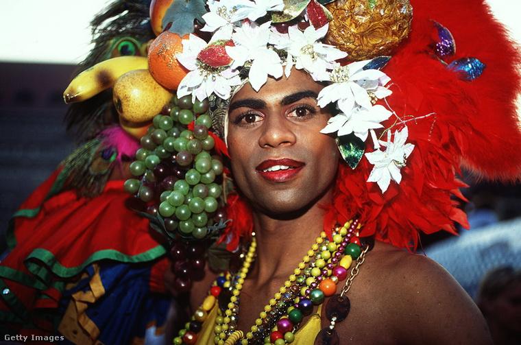 Ha egy drag queen fotójához érkeztünk, akkor említsük meg, hogy a melegkultúra is teljesen jól megtalálta a helyét ebben a mozgalomban: a Love Parade mindenkinek otthona akart lenni, aki nyitott volt mások elfogadására.