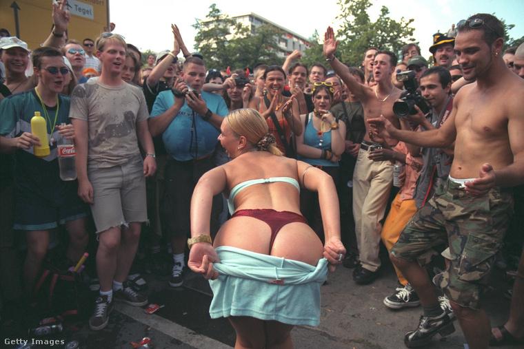 Németországban egyébként is nagy hagyománya van az FKK-nak, azaz a szabad test kultúrájának, azaz a nyilvános meztelenségnek