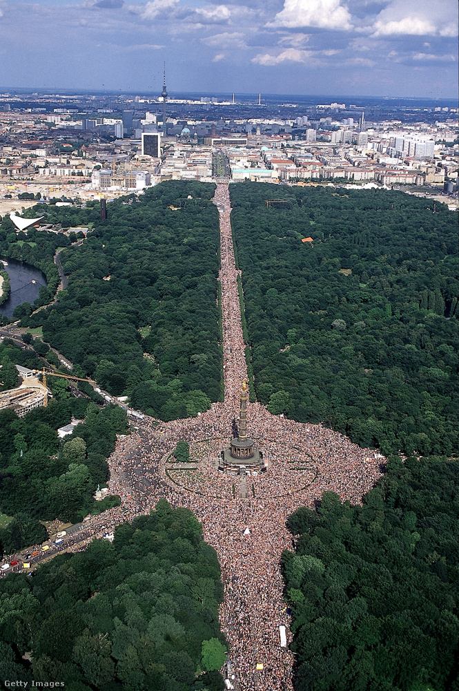 Hát így nézett ki a '90-es években Berlin központja a Love Parade idején
