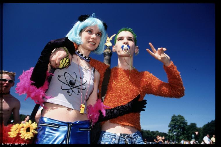 Ennél kilencvenesévekesebben felöltözni nehéz lett volna, a cumi, a pulóver, a haj, a minden! És reméljük, megvan a napraforgó is!
