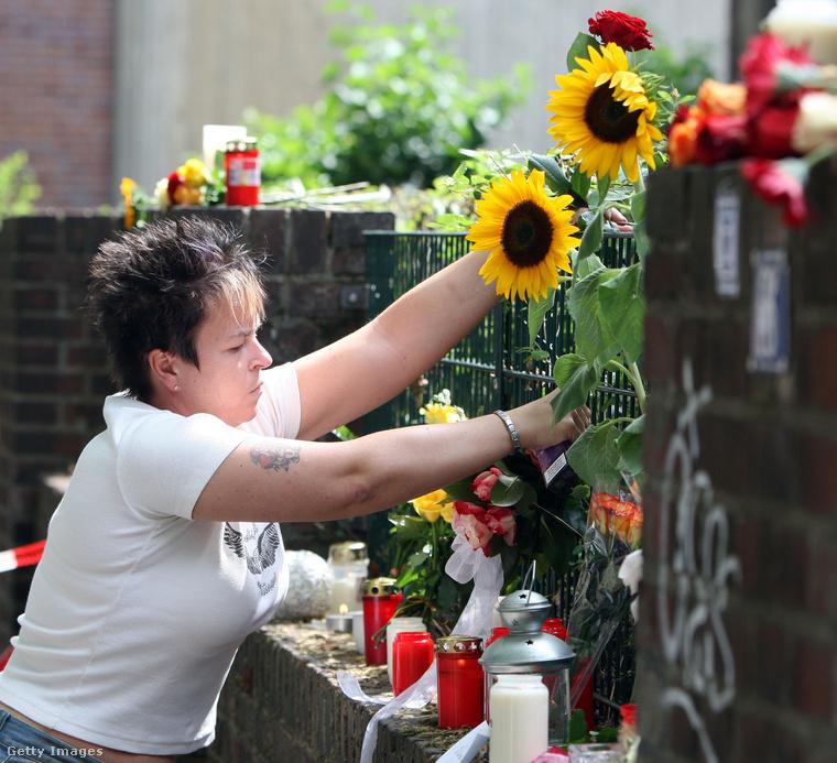 Végül a 2010-es, duisburgi Love Parade-en történt tragédia: 21 ember halt bele, hogy összeszorította-összetaposta őket a tömeg