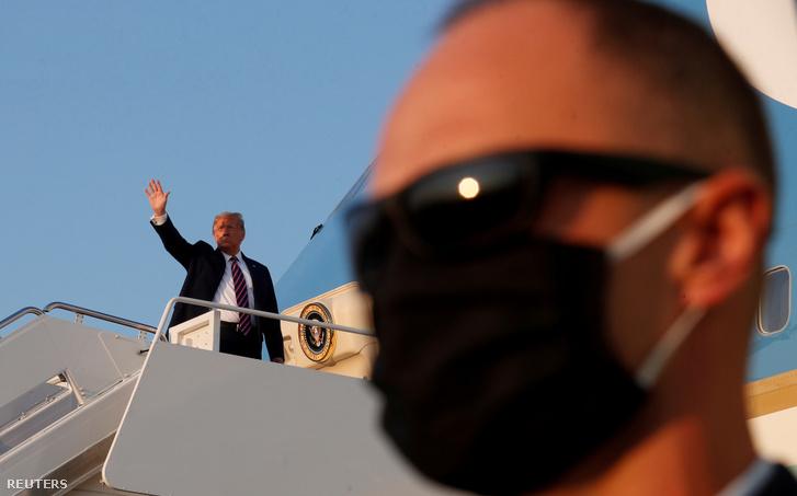 Donald Trump száll fel a repülőgépre Washingtonban 2020. szeptember 22-én