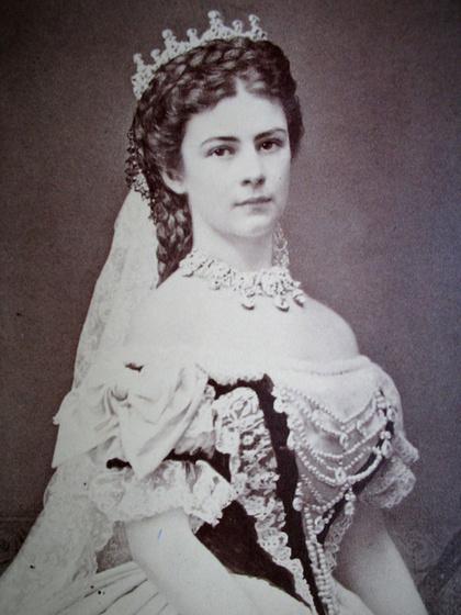 A magyarok egyik kedvenc királynője és korának egyik legszebb asszonya volt: ki ő?