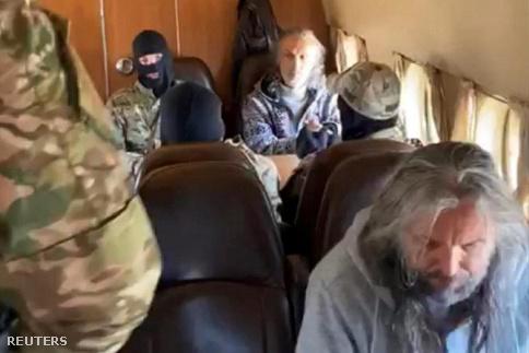 Orosz biztonsági erők tagjai szállítják el az Utolsó Testamentum Egyháza szekta vezetőit, köztük Szergej Toropot Krasznojarszkban 2020. szeptember 22-én