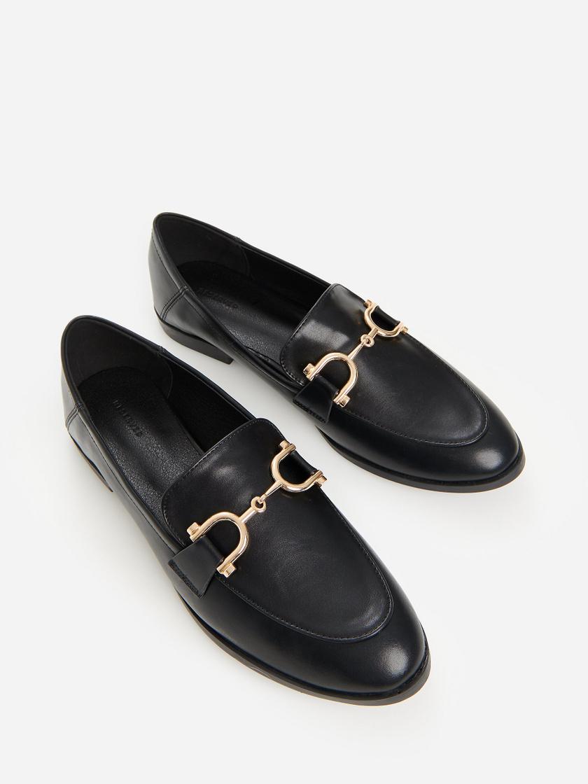A Reserved cipője amellett, hogy kényelmes, még nagyon sikkes és nőies is. Farmerhoz és szoknyához vagy ruhához egyaránt jól mutat. 8995 forintért vásárolhatod meg.