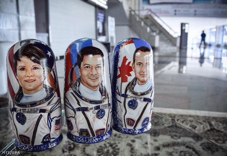 Anne McClain amerikai, Oleg Kononyenko orosz és David Saint-Jacques kanadai űrhajósokat (b-j) ábrázoló matrjoska baba - egymásba helyezhető, csökkenő méretű fa bábukészlet – a kazahsztáni Karagandában, miután a három asztronauta visszatért a Földre a Szojuz MSz-11-es űrhajó leszállóegységével a kazahsztáni sztyeppén, Dzsezkazgan térségében 2019. június 25-én. Az űrhajósok 204 napot töltöttek a Nemzetközi Űrállomáson az 58-59-es expedíció keretében.