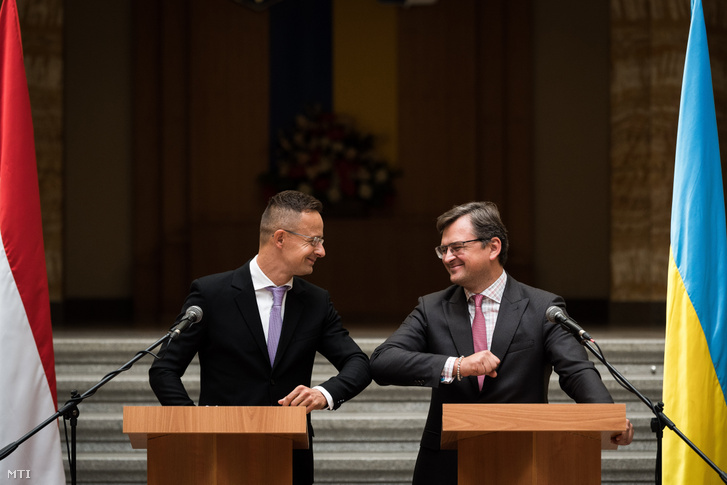 Szijjártó Péter külgazdasági és külügyminiszter (b) és Dmitro Kuleba ukrán külügyminiszter üdvözli egymást a megbeszélésük után tartott sajtótájékoztatón Ungváron, a Kárpátaljai Megyei Állami Közigazgatási Hivatal épületében 2020. szeptember 23-án