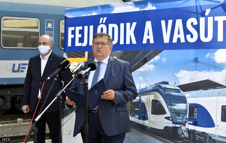 Mosóczi László, az Innovációs és Technológiai Minisztérium (ITM) közlekedéspolitikáért felelős államtitkára (j) és Homolya Róbert, a MÁV Zrt. elnök-vezérigazgatója sajtótájékoztatót tart a versenyképes, összehangolt és utasbarát közösségi közlekedési kínálat kialakítását szolgáló intézkedésekről a Déli pályaudvaron 2020. szeptember 23-án.