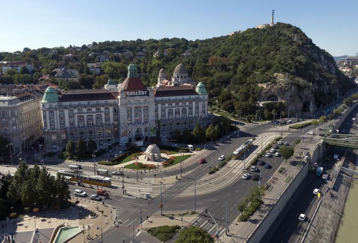 A Hotel Gellért épülete a Szent Gellért téren jobbra a Magyarok Nagyasszonya-sziklatemplom a Gellért-hegy aljában 2020. szeptember 9-én.