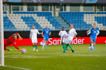 Magnus Wolff Eikrem a Molde játékosa (j) gólt lõ Dibusz Dénesnek