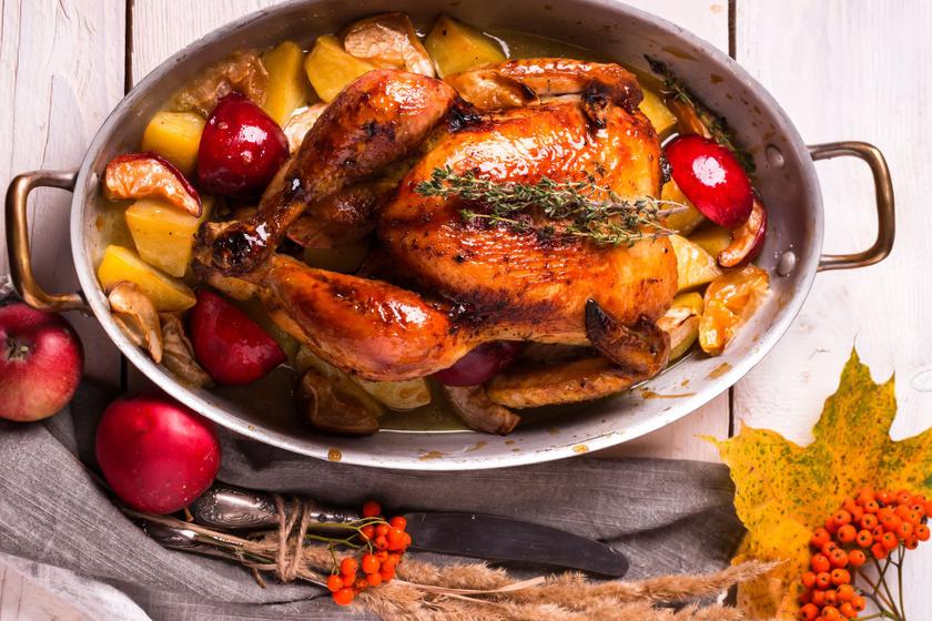 Egészben sült csirke almával és krumplival: a bőre ropogós, a hús szaftos és omlós