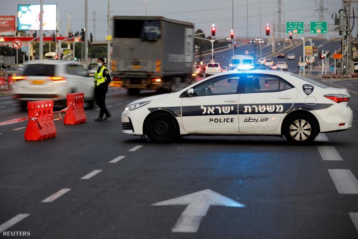 Rendőr áll egy ellenőrző pontnál Ashdodban, a koronavírus-járvány miatt elrendelt lezárások miatt 2020. szeptember 21-én