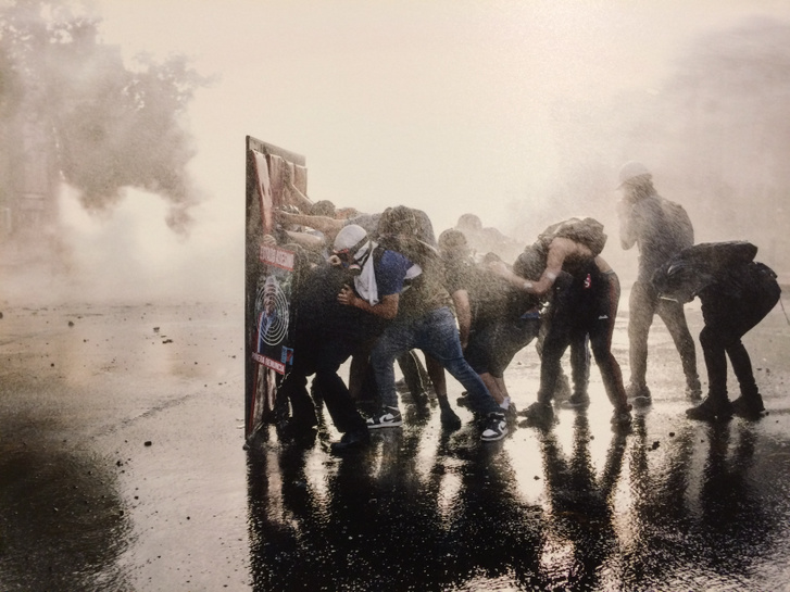 A chilei jövedelmi egyenlőtlenségek miatt tiltakozók vízágyú ellen védekeznek az erőszakossá vált santiagói összecsapásokon.