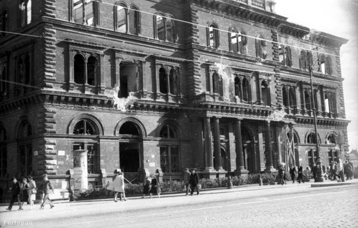 Fővám tér, a Fővámpalota északi homlokzata 1945-ben. A Magyar Közgazdaságtudományi Egyetem céljára állították helyre (ma Corvinus Egyetem)