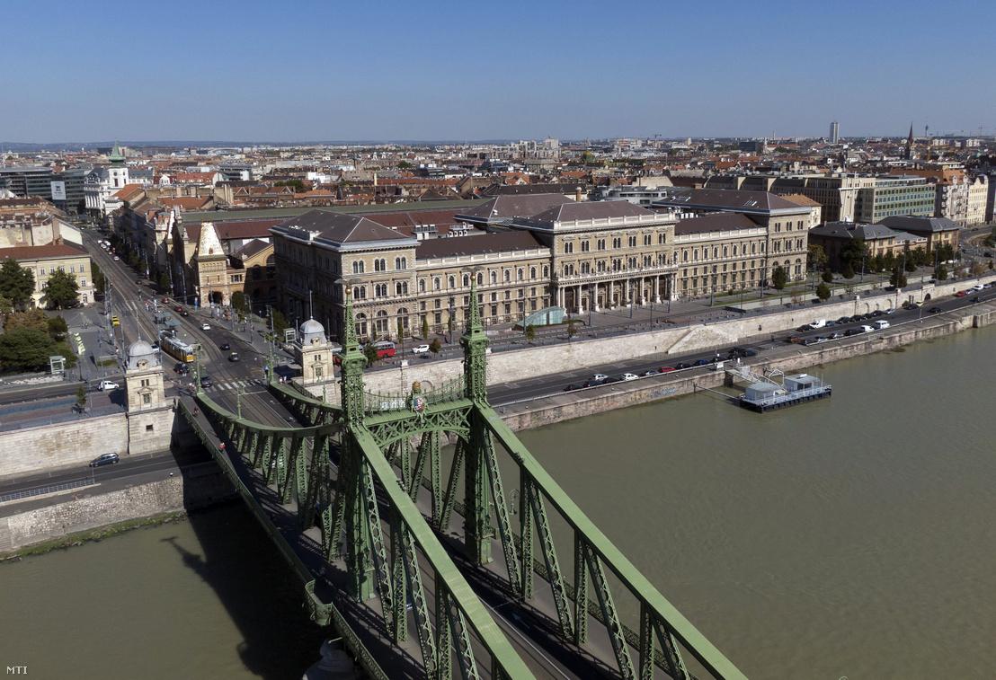 A Budapesti Corvinus Egyetem, előtérben a Szabadság híd 2020. szeptember 9-én