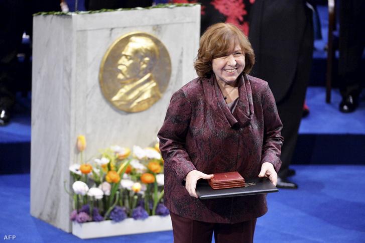 Szvjatlana Aljakszandravna Alekszievics a Nobel-díjával 2015-ben Stockholmban december 10-én