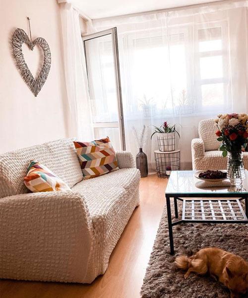 Zámbó Krisztiánék nappalija fényárban úszik, Zsuzsika hangulatosan rendezte be a szobát, a falon szív alakú dísz jelzi, hogy itt egy szerelmespár lakik.