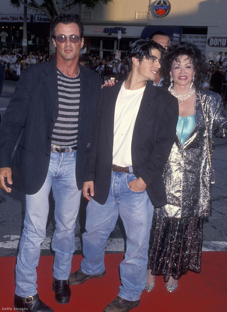"""Szeptember 21-én, élete 98. évében elhunyt Jackie Stallone, akit a legtöbben Sylvester Stallone édesanyjaként ismertek (itt éppen a Két tűz között című film premierjén fogják közre az utóbbi fiát, Sage Stallone-t). Mint egyik fia, Frank Stallone írta róla: """"négy gyermek édesanyja volt: Tommyé, Sylvesteré, Frankie-é, és néhai húgomé, Toni Ann-é. Igazán magával ragadó nő volt, aki minden nap edzett, és nagyon bátor volt. Álmában érte a halál, ahogy szerette volna. Nehéz volt nem szeretni őt, nagyon excentrikus és tüzes személyiség volt."""""""