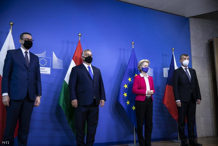 Orbán Viktor magyar (balról a második), Andrej Babis cseh (jobbra) és Mateusz Morawiecki lengyel miniszterelnök (balra) találkozója az Európai Bizottság elnökével, Ursula von der Leyennel Brüsszelben 2020. szeptember 24-én