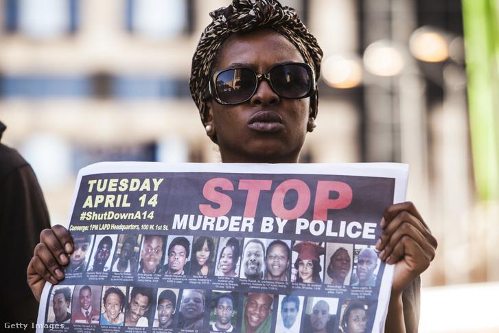 Los Angelesben tüntetők az 1992-es rendőri gyilkosságok évfordulóján 2015. április 28-án