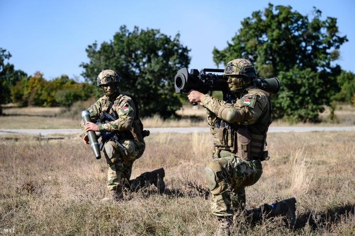 A Carl Gustaf M4 páncéltörő löveg működését demonstrálja egy katona a Brave Warrior 2020 nemzetközi hadgyakorlaton a Veszprém megyei Hajmáskér közelében 2020. szeptember 24-én