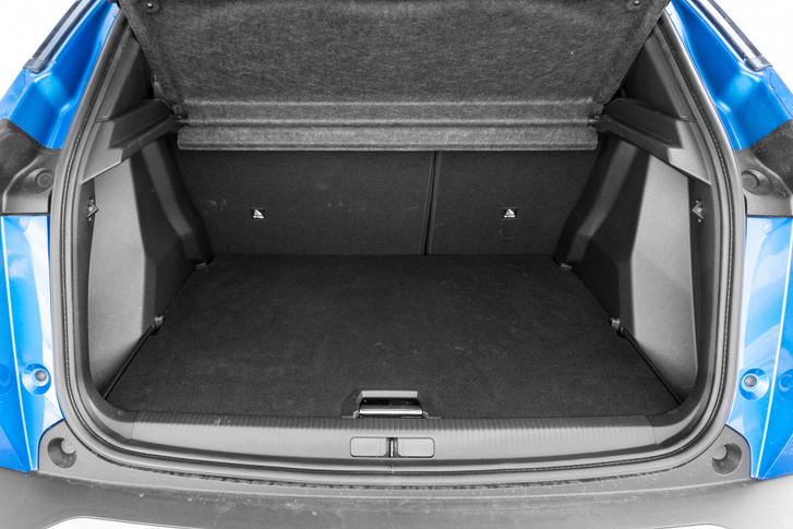 Mindennel együtt 405 liter, de a padló alatti rekesz a kábeleké, így kb 350 lehet, ami még így is jó egy ekkora kocsihoz