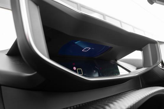 A 3D-hatású műszer tulajdonképpen két rétegben jeleníti meg a dolgokat, de nagyon ügyes és hatásos a trükk. Felül látszik a közelebbi réteget vetítő projektor