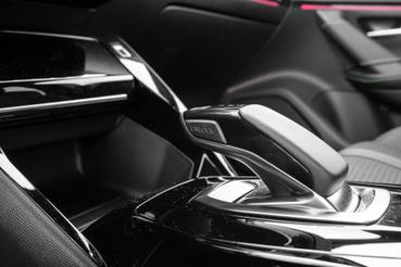 Ugyanez a váltópöcök van az Opeltől a DS-ig mindenben, mondjuk az elektromos 2008-asban inkább hívjuk irányváltónak, hisz hagyományos értelemben vett váltója nincs
