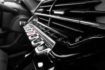 Kedvenc részletem a Peugeot-kban a billentyűs gombsor. Esetünkben a fekete felületen még érintőgombok is vannak, ezzel lehet a fő menképernyőket váltani, mint klíma, autó beállítások, stb.