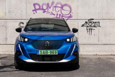 A kompozíció ugyanaz, mint a 208-ason és az azóta megjelent összes Peugeot-n, csak ez SUV-osítva van. A nappali fény három csíkja, plusz a külön csík adja az alaphangot, de nekem inkább kardfogú tigris