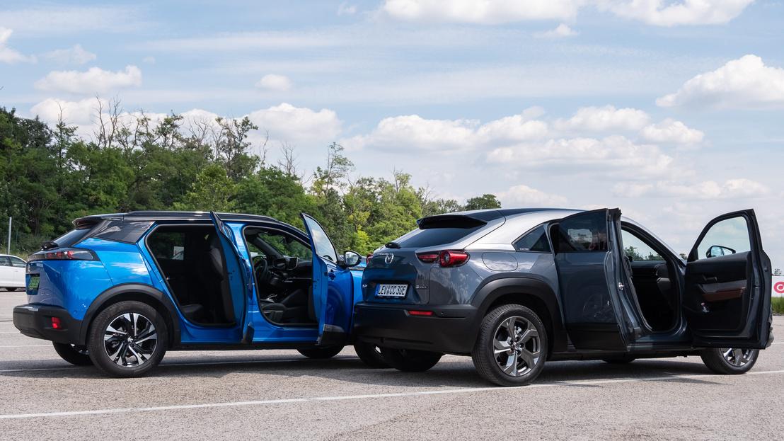 Nagyjából ugyanakkora, mint a Mazda MX30, csak valahogy a Peugeot-ban maradt hely: normális méretű akkuknak, csomagtartónak és hátsó lábtérnek