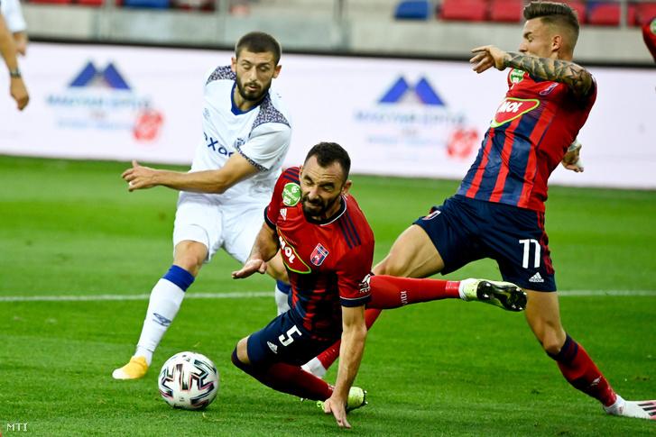A fehérvári védelem végig jól állt a lábán, itt éppen Fiola Attila (középen) és Bolla Bendegúz (j) ment együttes erővel Arber Zenelli, a Reims játékosa elől