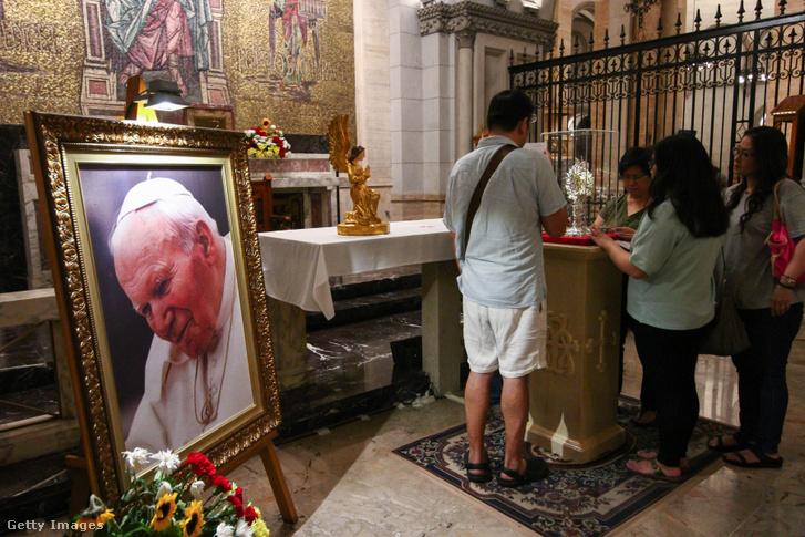 II. János Pál pápa vérét tartalmazó ereklyetartót nézik látogatók 2018-ban