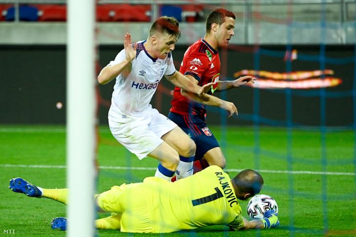 Armin Hodzic a Fehérvár (hátul) valamint Thomas Foket (b) és Predrag Rajkovic kapus a Reims játékosa a labdarúgó Európa-liga selejtezõjének 3. fordulójában játszott MOL Fehérvár FC - Reims mérkõzésen a székesfehérvári MOL Aréna Sóstó stadionban 2020. szeptember 24-én.