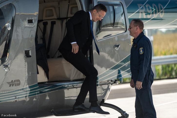 Szíjjártó Péter helikopterrel érkezik 2020. szeptember 4-én pénteken a magyar–román határra