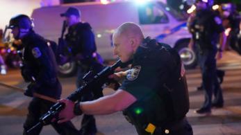 Rendőrökre támadtak a tüntetők Amerikában