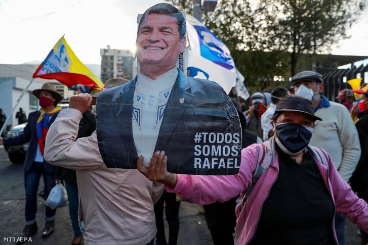A korrupcióval vádolt Rafael Correa Delgado korábbi ecuadori elnök támogatói tüntetnek a politikus portréjával Quitóban 2020. szeptember 7-én, miután egy ecuadori bíróság megerősítette ítéletét, így Correa nem indulhat az alelnöki tisztségért a februári választáson. Az elsőfokú bíróság áprilisban távollétében nyolc év börtönre ítélte az elnöki hivatalt 2007 és 2017 között betöltő, jelenleg Belgiumban élő Correát