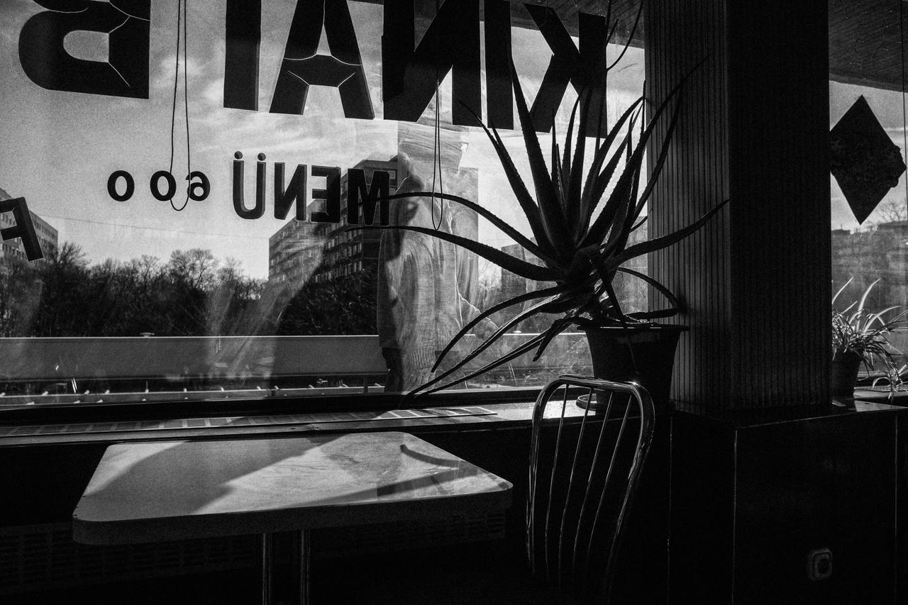 A fotós egy kínai étterem sallangmentes világából kandikál ki az utcára. A betűk, formák, az elvonuló alak filmszerű hangulata tagadhatatlan.