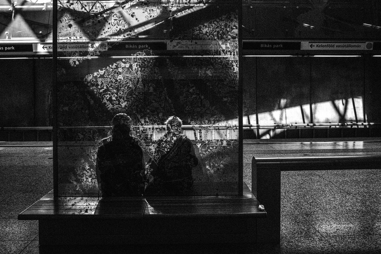 Bikás parki metrómegálló. Az idős pár ábrázolása a csipkeszerű textúra előtt finom éteri jelenetté nemesül.